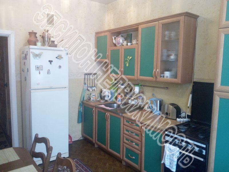 Продам 3-комнатную квартиру в городе Курск, на улице Хуторская, 16в, 1-этаж 5-этажного Панель дома, площадь: 87.9/56.3/10.9 м2